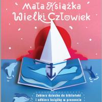 Na różowym tle napis Mała Książka Wielki Człowiek, niebieska woda, delfiny, biały stateczk z białym żaglem, czerwony zachód słońca